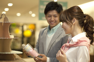 買い物をするカップルの写真素材 [FYI01304610]