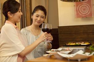 ワインで乾杯する女性2人の写真素材 [FYI01304611]