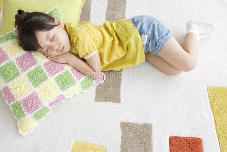 眠る女の子の写真素材 [FYI01304638]