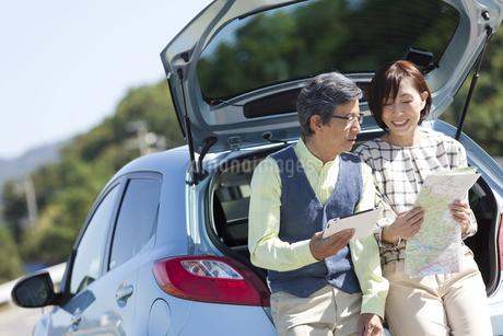 車と中高年夫婦の写真素材 [FYI01304655]