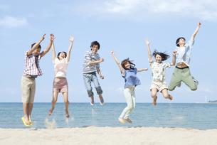 砂浜でジャンプをする6人の男女の写真素材 [FYI01304670]