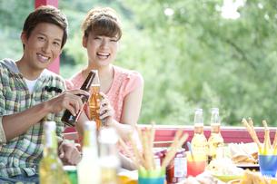 ビールで乾杯するカップルの写真素材 [FYI01304699]
