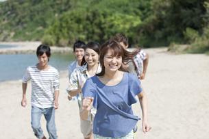 砂浜を走る5人の男女の写真素材 [FYI01304709]