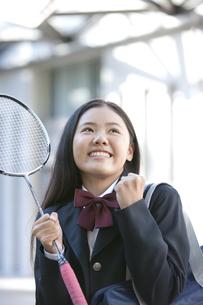 ガッツポーズをする女子校生の写真素材 [FYI01304727]
