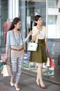 買い物をする女性2人の写真素材 [FYI01304757]
