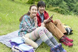 芝生に座る中高年夫婦の写真素材 [FYI01304772]