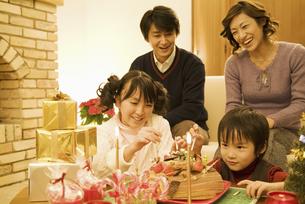 クリスマスの準備をする4人家族の写真素材 [FYI01304779]