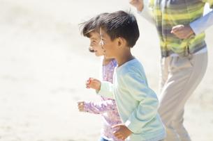 走る兄と妹の写真素材 [FYI01304821]