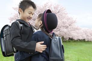 桜と笑顔の子供たちの写真素材 [FYI01304828]