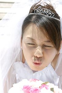 キスをする新婦の写真素材 [FYI01304830]