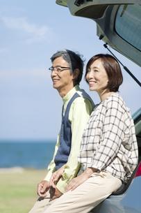 車と中高年夫婦の写真素材 [FYI01304837]