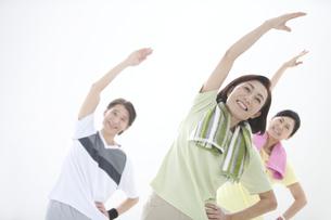 体操をしている中高年男女3人の写真素材 [FYI01304847]