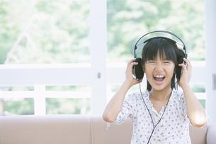 ヘッドフォンを持つ女の子の写真素材 [FYI01304855]