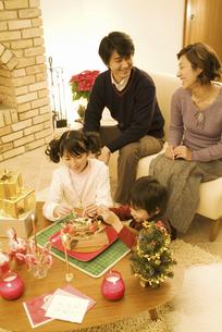 クリスマスの準備をする4人家族の写真素材 [FYI01304900]