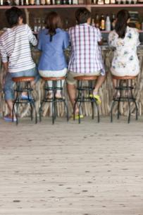 カウンターに座る後姿の男女の写真素材 [FYI01304914]