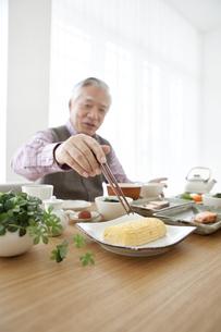 朝食を食べる中高年男性の写真素材 [FYI01304934]