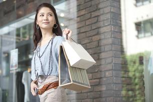 買い物をする女性の写真素材 [FYI01304966]