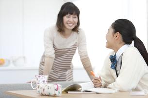 勉強する女子校生と母親の写真素材 [FYI01304967]