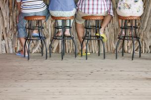 カウンターに座る後姿の男女の写真素材 [FYI01304988]