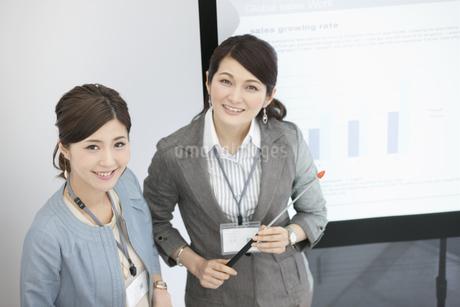笑顔のビジネスウーマン2人の写真素材 [FYI01305003]