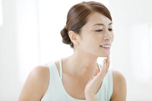 中高年女性の美容イメージの写真素材 [FYI01305012]