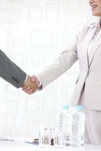 握手をするビジネスパーソン2人の写真素材 [FYI01305016]