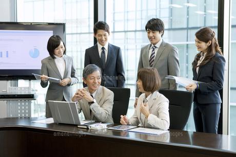 会議中のビジネス男女6人の写真素材 [FYI01305049]