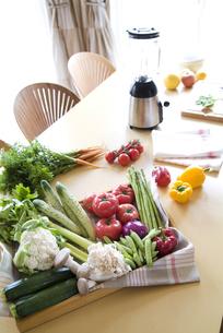 テーブルに並ぶ野菜の写真素材 [FYI01305065]