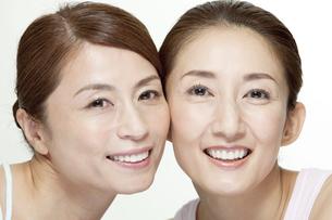 中高年女性2名の顔アップの写真素材 [FYI01305071]
