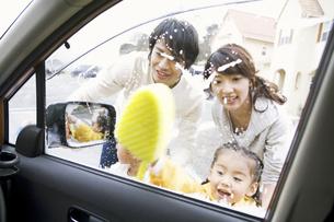 洗車している家族の写真素材 [FYI01305078]