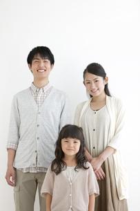 笑顔の3人家族の写真素材 [FYI01305126]