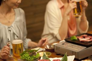 テーブルの上の焼き肉料理の写真素材 [FYI01305151]