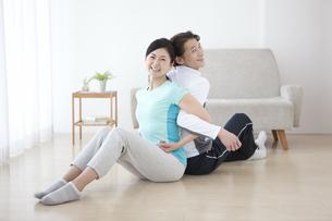 ストレッチをする中高年夫婦の写真素材 [FYI01305170]