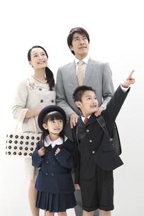見上げている4人家族の写真素材 [FYI01305197]