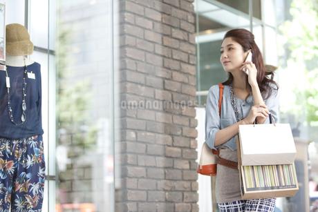 スマートフォンで電話している女性の写真素材 [FYI01305199]