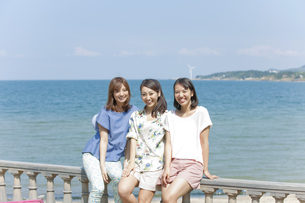 笑顔の女性3人の写真素材 [FYI01305279]
