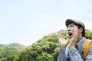 山に向かって叫ぶ男性の写真素材 [FYI01305284]