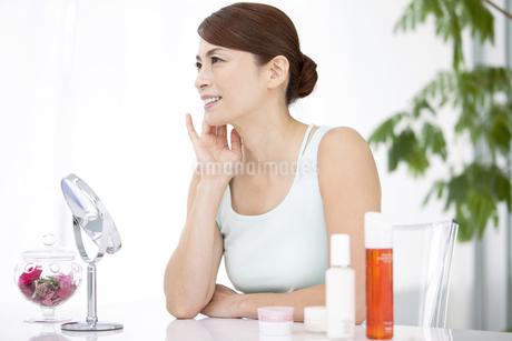 中高年女性の美容イメージの写真素材 [FYI01305292]