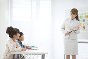 英語を勉強する子供と先生の写真素材 [FYI01305297]