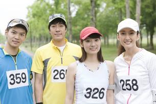 スポーツウェアを着た男女4人の写真素材 [FYI01305311]