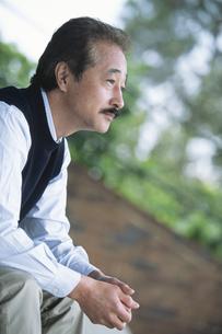 中高年男性の横顔の写真素材 [FYI01305327]