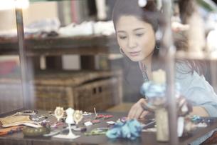 買い物をする女性の写真素材 [FYI01305334]