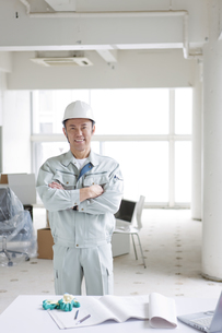 建設現場で腕組みする男性作業員の写真素材 [FYI01305355]