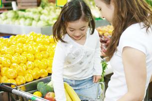 買い物をする親子の写真素材 [FYI01305384]