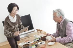 朝食を食べる中高年夫婦の写真素材 [FYI01305412]