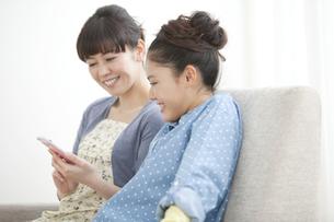スマートフォンを見ている親子の写真素材 [FYI01305442]