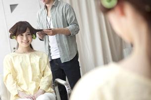 髪にカーラーを巻く女性の写真素材 [FYI01305498]