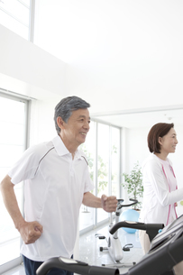 ランニングマシンで運動する男性と女性の写真素材 [FYI01305513]