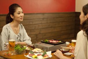 焼き肉を食べる女性2人の写真素材 [FYI01305525]