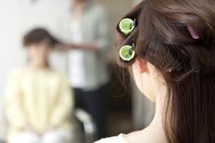 髪にカーラーを巻く女性の後姿の写真素材 [FYI01305536]